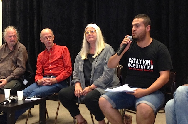 "Paneldiskussion om ""Theater and Drama as a tool for social change). Alaa från Frihetsteatern med mikrofonen."