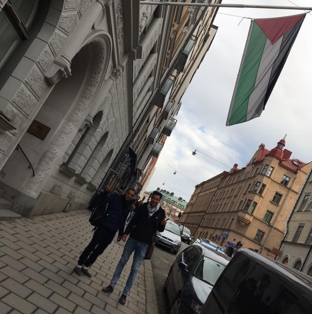 Utanför Palestinas ambassad i Stockholm